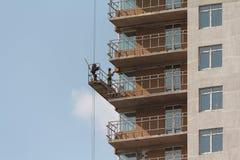 Kiev, Ucrania - Septemder 01, 2015: Constructor que trabaja en la altura en la construcción Imagen de archivo