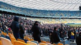 Kiev, Ucrania - 04 14 2019 Una muchedumbre de ucranianos va al estadio a apoyar al candidato presidencial metrajes