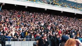 Kiev, Ucrania - 04 14 2019 Una muchedumbre de ucranianos va al estadio a apoyar al candidato presidencial