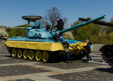 KIEV UKRAINA - April 17, 2017: Barn som spelar på behållaren T 34, fäderneslandmonument, April 17, 2017, Kiev, Ukraina Royaltyfri Fotografi