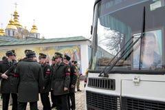 KIEV UKRAINA - April 3 2015: Begravnings- ceremoni för den ukrainska militären Igor Branovitskiy som dödades i den östliga Ukrain Arkivbild
