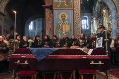 KIEV UKRAINA - April 3 2015: Begravnings- ceremoni för den ukrainska militären Igor Branovitskiy som dödades i den östliga Ukrain Royaltyfri Fotografi