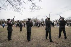 KIEV UKRAINA - April 3 2015: Begravnings- ceremoni för den ukrainska militären Igor Branovitskiy som dödades i den östliga Ukrain Royaltyfri Bild