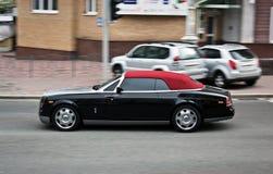 Kiev Ukraina; April 11, 2013 coupedropheadfantom Rolls Royce svart red royaltyfri fotografi