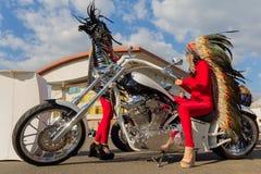 Kiev Ukraina - April 20, 2018: Flickor i indiska dräkter och en lyxig motorcykel Royaltyfri Bild