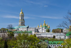 KIEV UKRAINA - April 17, 2017: Panoramautsikt av Lavra Bell Tower och den Uspensky domkyrkan av Kieven-Pecherskaya Lavra Arkivbilder