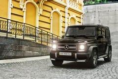 Kiev - Ukraina; April 21, 2015 Redaktörs- foto Mercedes-Benz G63 AMG i den gamla staden royaltyfri bild