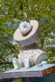 Kiev Ukraina - April 22, 2018: Skulptur av det fantastiska teckenet av kaninen på den berömda lekplatsen för barn` s i cenen royaltyfri bild
