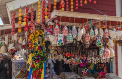 KIEV UKRAINA - APRIL11: Souvenir shoppar på festivalen av påsken Arkivfoton