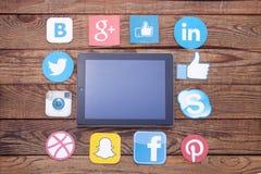 KIEV UKRAINA - AUGUSTI 22, 2015: Berömda sociala massmediasymboler liksom: Facebook Twitter, Blogger, Linkedin, Google plus, Inst Fotografering för Bildbyråer