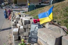 KIEV UKRAINA - AUGUSTI 8, 2015: Bilden av minnesmärken som var hängiven till offren av prickskyttarna, dödade under den Maidan re fotografering för bildbyråer