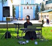 Kiev Ukraina - Augusti 19, 2017: Den ortodoxa prästen ger en konsert Arkivbild