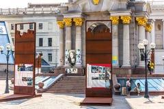 Kiev Ukraina - Augusti 15, 2018: Euromaidan installation i minne av de döda Kuzma Skryabin och Euromaidan hjältarna royaltyfria foton