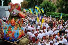 KIEV UKRAINA - AUGUSTI 24: Mega marsch av broderier i den ukrainska huvudKyiven fridsam tid Arkivbilder