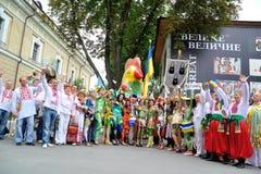 KIEV UKRAINA - AUGUSTI 24: Mega marsch av broderier i den ukrainska huvudKyiven fridsam tid Fotografering för Bildbyråer