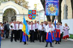 KIEV UKRAINA - AUGUSTI 24: Mega marsch av broderier i den ukrainska huvudKyiven fridsam tid Royaltyfri Foto