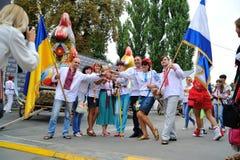 KIEV UKRAINA - AUGUSTI 24: Mega marsch av broderier i den ukrainska huvudKyiven fridsam tid Royaltyfria Foton