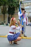 KIEV UKRAINA - AUGUSTI 24: Mega marsch av broderier i den ukrainska huvudKyiven fridsam tid Royaltyfria Bilder