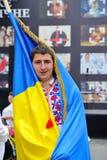 KIEV UKRAINA - AUGUSTI 24: Mega marsch av broderier i den ukrainska huvudKyiven Stående av en ukrainsk man Royaltyfria Bilder