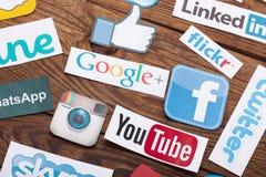 KIEV UKRAINA - AUGUSTI 22, 2015: Samlingen av populära sociala massmedialogoer skrivev ut på papper: Facebook Twitter, Google plu Royaltyfria Bilder
