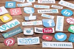KIEV UKRAINA - AUGUSTI 22, 2015: Samlingen av populära sociala massmedialogoer skrivev ut på papper: Facebook Twitter, Google plu Royaltyfri Bild