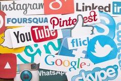 KIEV UKRAINA - AUGUSTI 22, 2015: Samlingen av populära sociala massmedialogoer skrivev ut på papper: Facebook Twitter, Google plu Arkivbild