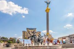 Kiev Ukraina - Augusti 15, 2018: Självständighetmonument i Maidan i Kiev, minnes- utställning till Euromaidan royaltyfri bild