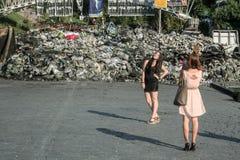 KIEV UKRAINA - Augusti 5, 2014: Unga flickor som framme poserar av en av Maidan barrikader, några dagar, för de fick demonterade Royaltyfri Bild
