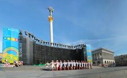 Kiev Ukraina, 29 05 2011 dansbarns helhet i ukrainska nationella dräkter på podiet utomhus royaltyfri fotografi