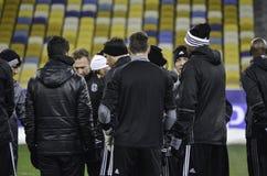 KIEV UKRAINA - DEC 06: Besiktas fotbollsspelare som arbeta som privatlärare åt durin Arkivbild