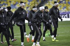 KIEV UKRAINA - DEC 06: Besiktas fotbollsspelare som arbeta som privatlärare åt durin Arkivfoto