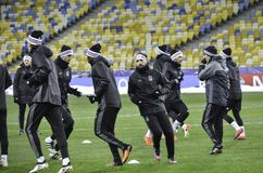 KIEV UKRAINA - DEC 06: Besiktas fotbollsspelare som arbeta som privatlärare åt durin Royaltyfri Fotografi