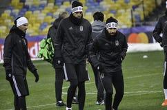 KIEV UKRAINA - DEC 06: Besiktas fotbollsspelare som arbeta som privatlärare åt durin Arkivfoton