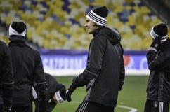 KIEV UKRAINA - DEC 06: Besiktas fotbollsspelare som arbeta som privatlärare åt durin Arkivbilder