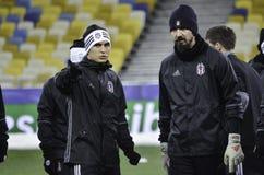 KIEV UKRAINA - DEC 06: Besiktas fotbollsspelare som arbeta som privatlärare åt durin Royaltyfri Bild