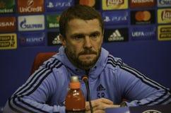KIEV UKRAINA - DEC 06: Lagledare Sergei Rebrov under UEFA-chamen Royaltyfri Bild
