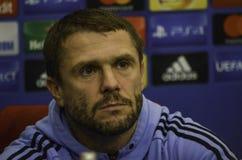 KIEV UKRAINA - DEC 06: Lagledare Sergei Rebrov under UEFA-chamen Arkivbilder