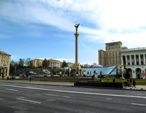 Kiev Ukraina - December 31, 2017: Maydan Nezalezhnosti med självständighetmonumentet av Ukraina i mitten - sidosikt Arkivfoto