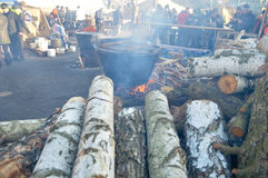 2013-2014 Kiev, Ukraina: Euromaidan Maydan, Maidan detailes av barrikader och matlagningmat för den folkmassaKhreshchatik gatan Royaltyfria Bilder