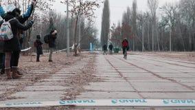 Kiev/Ukraina - Februari, 24 2019 Kiev Cyclocross kopp Ledare som passerar mållinjen som gör wheelien arkivfilmer