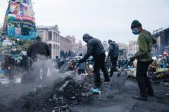 KIEV UKRAINA - Februari 20, 2014: Euromaidan personer som protesterar som gör ren den oberoende fyrkanten Royaltyfria Bilder