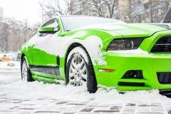 Kiev Ukraina - Februari 09 2018: Kraftig Ford Mustang Boss upplaga parkerat utomhus- under-snöfall på den ljusa vinterdagen Arkivfoton