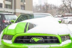 Kiev Ukraina - Februari 09 2018: Kraftig Ford Mustang Boss upplaga parkerat utomhus- under-snöfall på den ljusa vinterdagen Arkivbilder