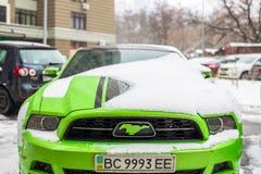 Kiev Ukraina - Februari 09 2018: Kraftig Ford Mustang Boss upplaga parkerat utomhus- under-snöfall på den ljusa vinterdagen Royaltyfri Bild