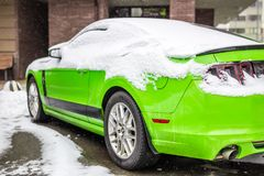 Kiev Ukraina - Februari 09 2018: Kraftig Ford Mustang Boss upplaga parkerat utomhus- under-snöfall på den ljusa vinterdagen Arkivbild