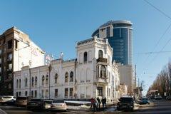 Kiev, Ukraina - Februari, 2014 - Vita Husetfamilj Tereshchenko och modernt glass byggnadsH-torn Fotografering för Bildbyråer