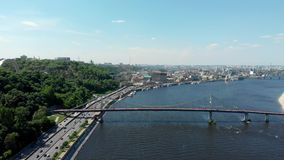 Kiev Ukraina flyg- sikt till brigde och den Dnepr floden arkivfilmer