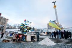 KIEV UKRAINA: Folkkänselförkylning men ställning med nationsflaggor på den huvudsakliga gatan av huvudstad under anti--regering pr Arkivbild