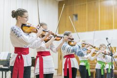 Kiev Ukraina Januari 21 2019 barns fiolhelhet Barn med fioler p? etapp Barns insats, sm? talanger royaltyfria foton