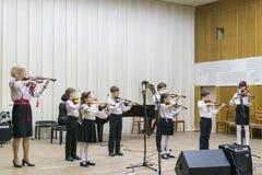 Kiev Ukraina Januari 21 2019 barns fiolhelhet Barn med fioler p? etapp Barns insats, sm? talanger arkivbilder